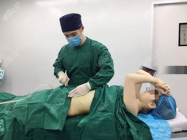 颜医生做显微吸脂手术过程图
